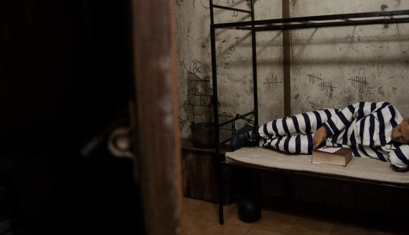 escape room ucharakteryzowany na wiezienie